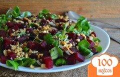 Фото рецепта: «Салат со свеклой, маринованным луком и арахисом»