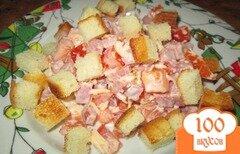 Фото рецепта: «Салат с помидорами, ветчиной и сухариками»