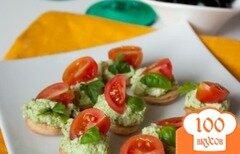 Фото рецепта: «Канапе с кремом из феты и песто с томатами»