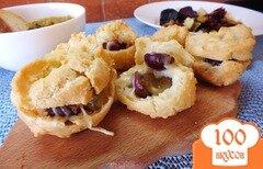 Фото рецепта: «Эклеры с виноградом, сыром и орехами»
