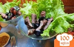 Фото рецепта: «Салат с острой печеной говядиной и виноградом»