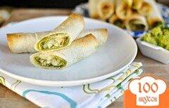 Фото рецепта: «Трубочки с курицей и соусом песто»