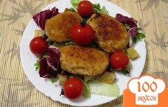 Фото рецепта: «Куриные котлеты с помидорами и салатом»