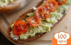 Фото рецепта: «Хрустящие бутерброды с авокадо и помидорами»