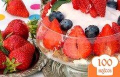 Фото рецепта: «Творожный десерт с ягодами, печеньем и сливочным кремом!»