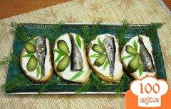 Фото рецепта: «Гренки со шпротами и маринованными огурцами»