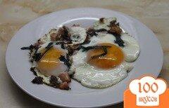 Фото рецепта: «Яичница глазунья с соусом песто базиликом и ветчиной»
