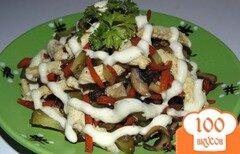 Фото рецепта: «Сытный салат с шампиньонами, курицей и огурчиками пикули»