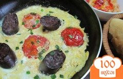 Фото рецепта: «Яичница с кровяной колбасой и помидором»