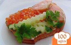 Фото рецепта: «Бутерброды с красной рыбой,красной икрой и огурцом»