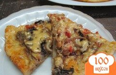 Фото рецепта: «Пицца в сковороде с мясом утки грибами и помидором»