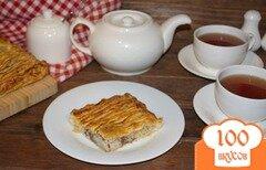 Фото рецепта: «Пирог из слоеного теста с рисом и тушенкой»