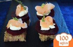 Фото рецепта: «Канапе с лососем, свеклой и сливочным кремом»