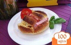 Фото рецепта: «Горячая булочка с начинкой на завтрак»