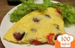 Фото рецепта: «Омлет с охотничьими колбасками, болгарским перцем и сыром»