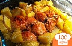 Фото рецепта: «Куриные бедрышки запеченные с картофелем»