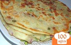 Фото рецепта: «Лепешки с копченой колбасой и зеленым луком»