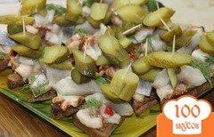 Фото рецепта: «Гренки с горчицей, салом, сельдью и огурцами»