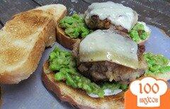 Фото рецепта: «Бутерброд с рубленной котлетой и пастой из горошка»