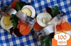 Фото рецепта: «Закуска с соленой скумбрией на рисовых хлебцах»