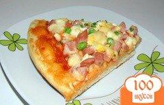 Фото рецепта: «Пицца с сосисками, яйцом и зеленым горошком»