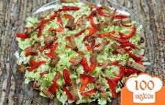 Фото рецепта: «Салат из пекинской капусты с болгарским перцем и сухариками»