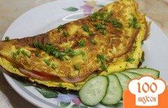 Фото рецепта: «Омлет с ветчиной, помидором и твердым сыром»