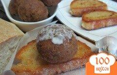 Фото рецепта: «Фрикадельки под йогуртом с чесночными гренками»