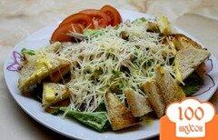 Фото рецепта: «Цезарь с курицей и горчичной заправкой с пармезаном»