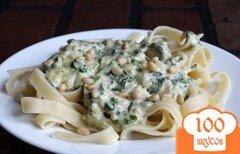 Фото рецепта: «Паста в сливочно-шпинатном соусе с кедровыми орешками»