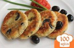 Фото рецепта: «Сырники с оливками и зеленью»