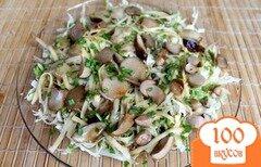 Фото рецепта: «Салат из пекинской капусты с маринованными грибами и сыром»