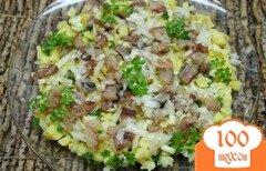 Фото рецепта: «Картофельный салат с селедкой, маринованным луком и яблоком»