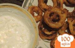 Фото рецепта: Луковые кольца в кляре с соусом