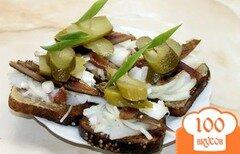 Фото рецепта: «Гренки с черного хлеба с копченым салом, маринованным луком и копченой салакой»