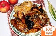 Фото рецепта: «Курица запеченная с яблоком и черносливом»