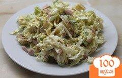 Фото рецепта: «Салат с пекинской капустой, крутонами и колбасой»
