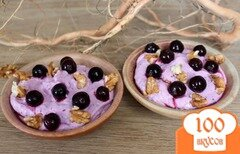 Фото рецепта: «Творожный десерт с черной смородиной медом и орехами»