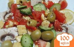 Фото рецепта: «Салат из помидора сыра и оливок»