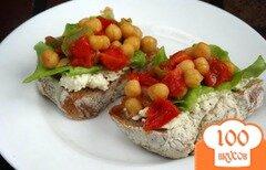 Фото рецепта: «Брускета с нутом, сыром и овощами»