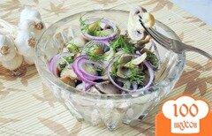 Фото рецепта: «Салат с маринованными грибами и чесноком»