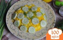Фото рецепта: «Рыбный салат с огурцом и маринованным луком»
