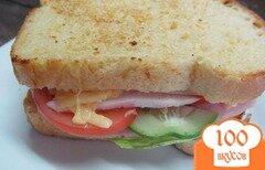 Фото рецепта: «Бутерброд с овощами курицей и ветчиной»