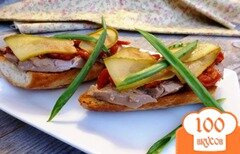 Фото рецепта: «Бутерброды с печенью минтая и вялеными помидорами»