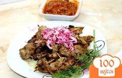 Фото рецепта: «Мясная косичка с маринованным луком и соусом»