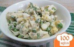 Фото рецепта: «Салат из отварной рыбы с яйцом и горошком»