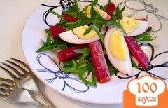 Фото рецепта: «Салат из маринованных яиц, свеклы и листьев одуванчика»