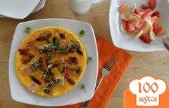 Фото рецепта: «Омлет по-французски с копченой индейкой, вялеными помидорами и базиликом»