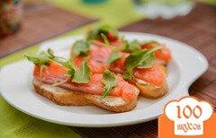 Фото рецепта: «Бутерброды с сыром фета и копченой рыбкой»