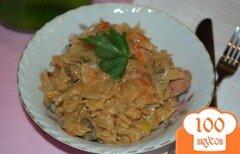 Фото рецепта: «Тушеная капуста с овощами грибами и сосисками»